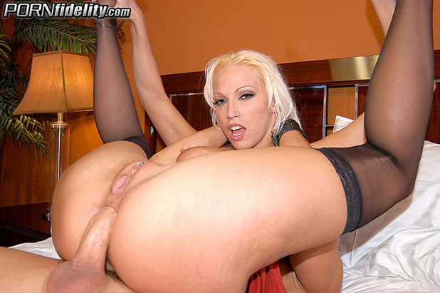 Attractive bombshell nikki hunter has fun with a hot babes shaved cunt 8